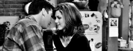 Анимация Ross Geller / Росс Геллер и Rachel Green / Рэйчел Грин целуются на кухне (сериал Друзья / Friends)