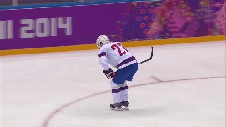 Анимация Хоккеист выезжает за пределы ледового поля на четвереньках, ему помогает товарищ