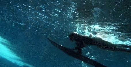 Анимация Серфинг, девушка на доске ловит волну