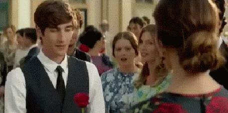 Анимация Парень дарит розу, девушка говорит gracias (спасибо на испанском языке), с розы капает роса, парень целует девушке руку