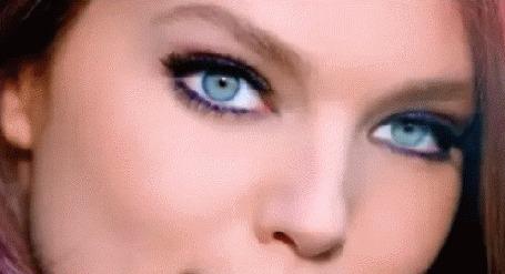Анимация Девушка шатенка с голубыми глазами