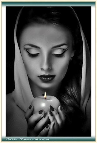 Анимация Девушка смотрит на горящую свечу