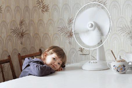 Анимация Девочка сидит за столом, на столе стоит работающий вентилятор