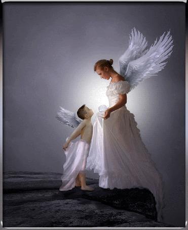 Анимация Девушка-ангел в белом длинном платье и мальчик-ангел стоят на краю скалы