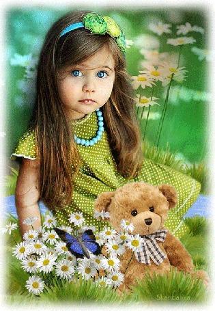 Анимация Маленькая девочка с длинными темными волосами, с голубыми глазами, в зеленом платье в горошек, с голубыми бусами на фоне ромашек, игрушечного медведя и сидящей на цветах бабочки, by Skandalika (© elenaiks), добавлено: 11.08.2016 06:21