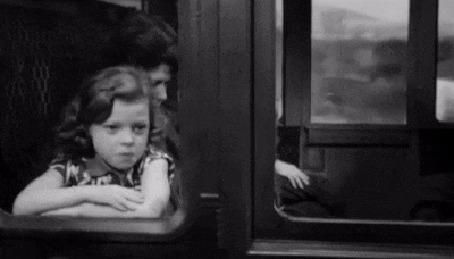 Анимация Кудрявая девочка и женщина в шляпе едут в вагонах встречных поездов и показывают друг другу язык