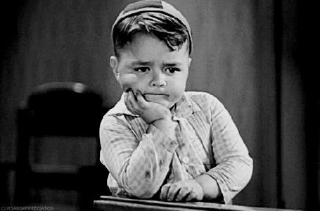 Анимация Мальчуган (снявшийся в детстве актер Джордж Мак-Фарленд) сосредоточено о чем - то размышляет и при этом отстукивает пальцами дробь на столе