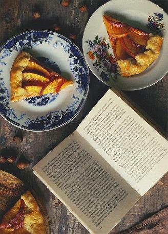 Анимация Открытая книга и пирог на тарелках