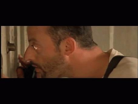 Анимация Леон посмотрел в глазок и спрятал пистолет открыл дверь Матильде, кадры из фильма Леон, The Professional by Luc Besson