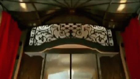Анимация Открывается стеклянная дверь и появляется девушка (Сальма Хайек актриса)