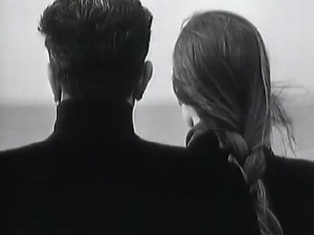 Анимация Мужчина с девушка стоят рядом, повернуты к нам спиной
