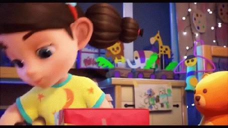 Анимация Голубоглазая девочка кладет игрушку в коробку для подарка, мультик о маленькой девочке, которой подарили чудо