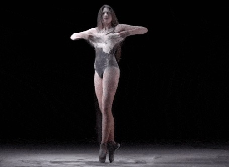 Анимация Девушка в танце расправляет руки и с них слетает пыль