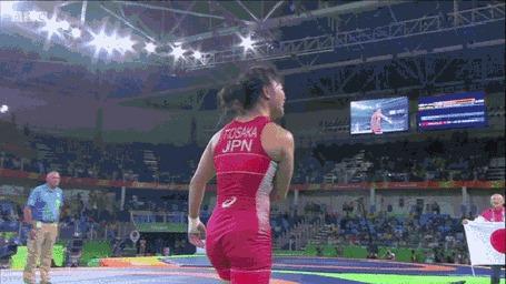 Анимация Спортсменка японка Эри Тосака борец вольного стиля, выиграла золотую медаль на Олимпиаде 2016 в Рио-де-Жанейро и в порыве радости несет на себе своего тренера на плечах