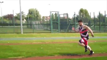 Анимация Спортсмен разбегается, но к сожалению, не может прыгнуть достаточно хорошо (Failarmy)