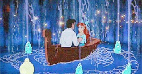 Анимация Ариэль / Ariel сидит в лодке с принцем Эриком, Флаундер и рыбки сделали фонтан вокруг, мультфильм Русалочка / The Little Mermaid