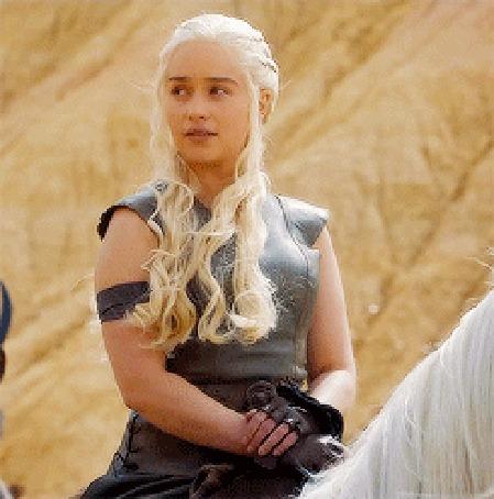 Анимация Эмилия Кларк в роли Дейнерис Таргариен сидит верхом на коне / кадр из сериала Игра престолов