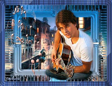 Анимация Парень играет на гитаре на фоне ночного города