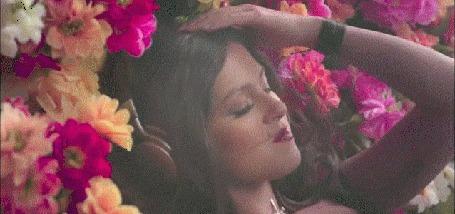 Анимация Кадры из клипа Nyusha ⁄ Нюша - Наедине, девушка слушает музыку в наушниках, музыка освежает, эквалайзер из цветов