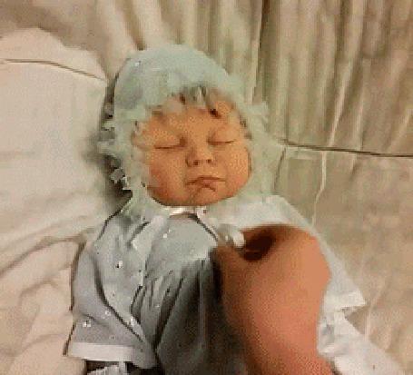 Анимация Раздевают вроде маленького ребенка, но это оказывается кукла, изображающая инопланетянина