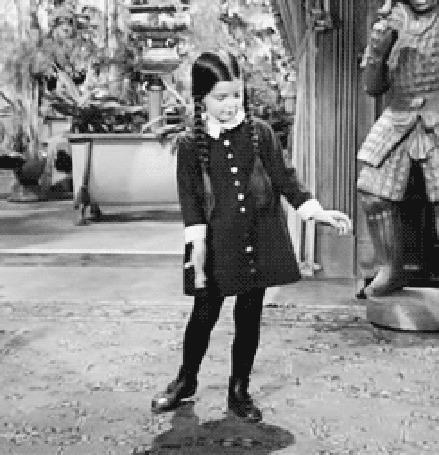 Анимация Девочка с длинными темными волосами, заплетенными в косы танцует, кадр из фильма Семейка Аддамс / The Addams Family