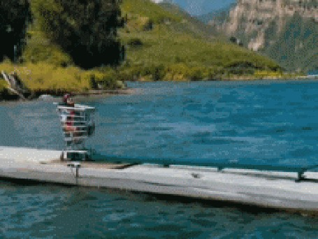 Анимация Человек на каком - то странном аппарате пытается взлететь с причала, но падает в воду
