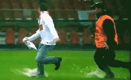 Анимация Довольный болельщик бежит по футбольному полю, празднуя победу, за ним бежит охранник, но никак не может догнать этого опьяненного победой человека