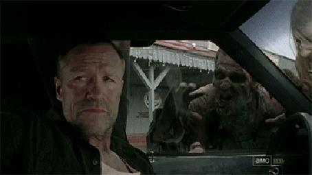 Анимация Michael Rooker / Майкл Рукер в авто совсем не боится обступивших машину зомби и спокойно распивает виски, фильм Walking Dead / Ходячие мертвецы