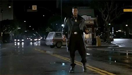 Анимация Chris Tucker / Крис Такер, стоя на дороге, в ночном городе танцует и что - то угрожающе кричит, фильм Rush Hour / Час пик