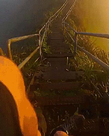 Анимация Парень осторожно спускается по лестнице