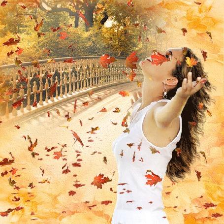 Анимация Девушка стоит под падающей осенней листвой
