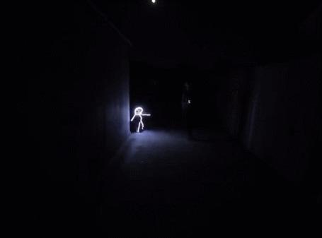 Анимация Мальчик бежит в светящемся костюме ночью