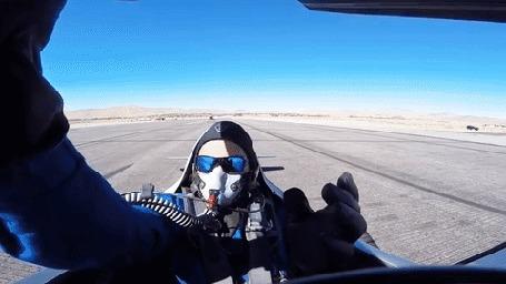Анимация Совсем рядом с гонщиком на взлетном поле проносится самолет