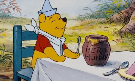 Анимация Винни Пух сидит за столом и собирается есть мед, из диснеевского мультфильма « Винни Пух и его друзья »
