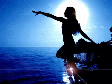 Анимация Силуэт девушки в солнечном блеске на фоне моря