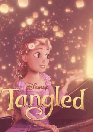 Анимация Рапунцель сидит в лодке, вокруг нее летают светящиеся фонарики, мультфильм Tangled / Рапунцель, запутанная история, Disney / Дисней