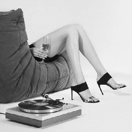 Анимация Девушка, с бокалом в правой руке сидит в кресле и машет ножкой под музыку грамплатинки (© zmeiy), добавлено: 15.05.2015 11:55