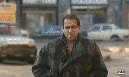 Анимация Adriano Celentano / Адриано Челентано - итальянский музыкант, киноактер, эстрадный певец, кинорежиссер, композитор, общественный деятель и телеведущий останавливает автобус, завязывает обувь и идет дальше