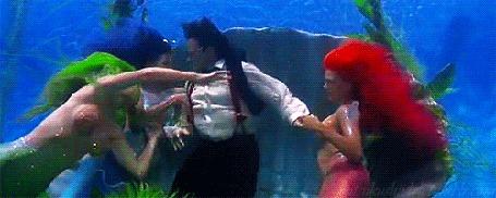 Анимация Robin Williams / Робин Уильямс в роли Питера Пэна на дне океана с русалками, фильм Hook / Крюк