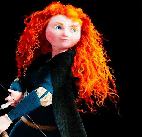Анимация Рыжеволосая девушка с голубыми глазами натягивает тетиву лука и стреляет