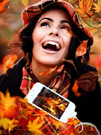 Анимация Девушка с открытым ртом стоит под падающей листвой