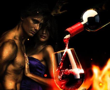Анимация Пара влюбленных на фоне струи вина, наливающегося в бокал из бутылки и горящего огня