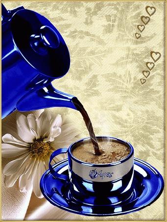 Анимация Из синего кофейника в чашку наливается кофе, на салфетке лежит белая ромашка, by Ayres