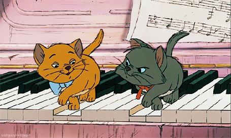 Анимация Серый и рыжий котенок играют на рояле
