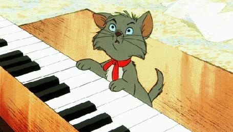 Анимация Серый котенок сидит у рояля