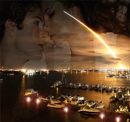 Анимация Влюбленная пара на фоне морского залива, на воде которого стоят лодки и катера