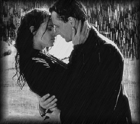 Анимация Девушка с мужчиной, не замечая дождя, прислушиваясь только к биению влюбленных сердец и видя только сияние в глазах друг друга, стоят на улице