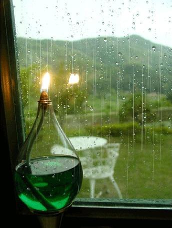 Анимация Рядом с окном, за которым идет дождь, стоит красивый светильник