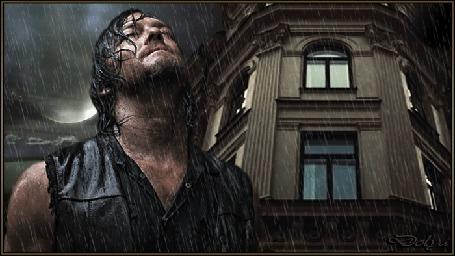 Анимация На фоне дождливого неба, луны, облаков и дома стоит мужчина и смотрит вверх.