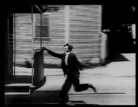 Анимация Buster Keatons / Бастер Китон бежит за вагоном поезда, цепляется за него, и с трудом забирается внутрь